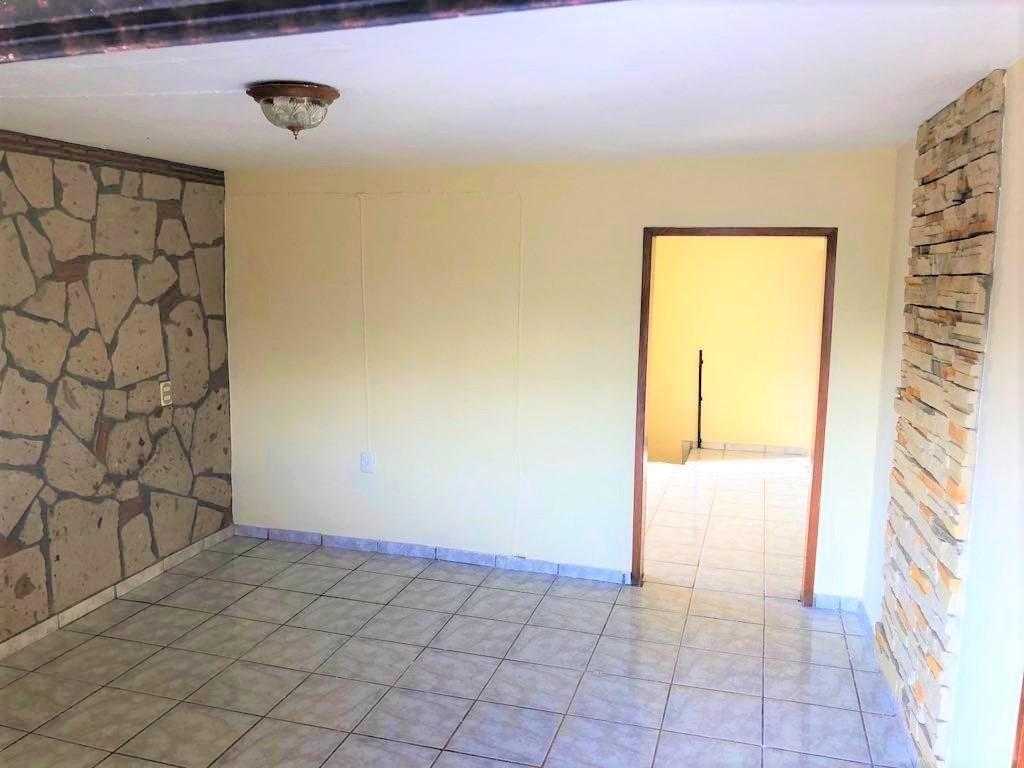 Casa en venta ubicada en zona comercial con 3 recamaras, cocina integral amplia de dos niveles, 2 baños completos, cochera para 2 autos, cuarto de servicio calentador automatico, con balcón.  WIG: p3kJKKx 2