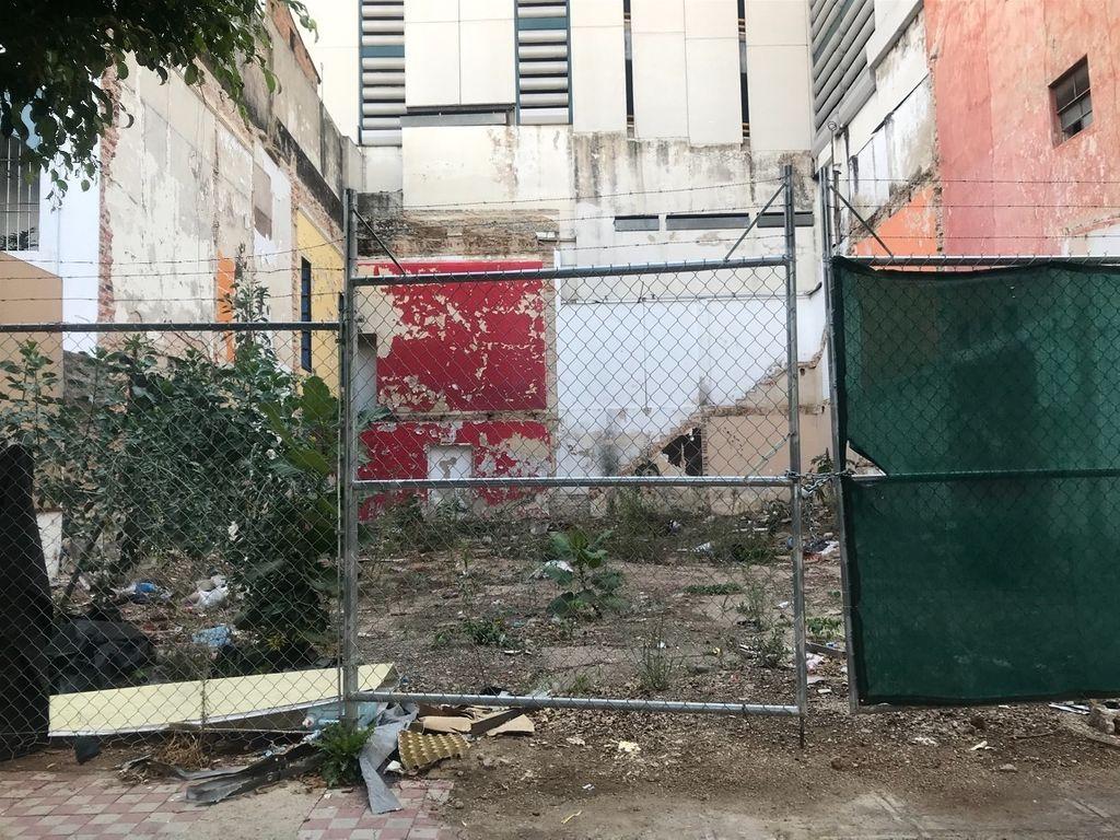 Ubicado sobre calle Marsella entre av Vallarta y Pedro Moreno con el Num 82 se encuentra, terreno plano, limpio y listo para construir, evita gastos y permisos de demolición, gasto en retirar escombro etc, Escrituración inmediata. 2