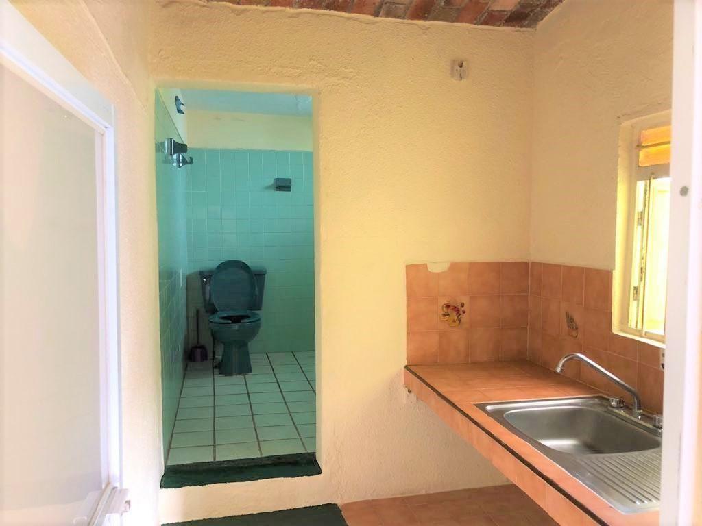 Casa en venta ubicada en zona comercial con 3 recamaras, cocina integral amplia de dos niveles, 2 baños completos, cochera para 2 autos, cuarto de servicio calentador automatico, con balcón.  WIG: p3kJKKx 3