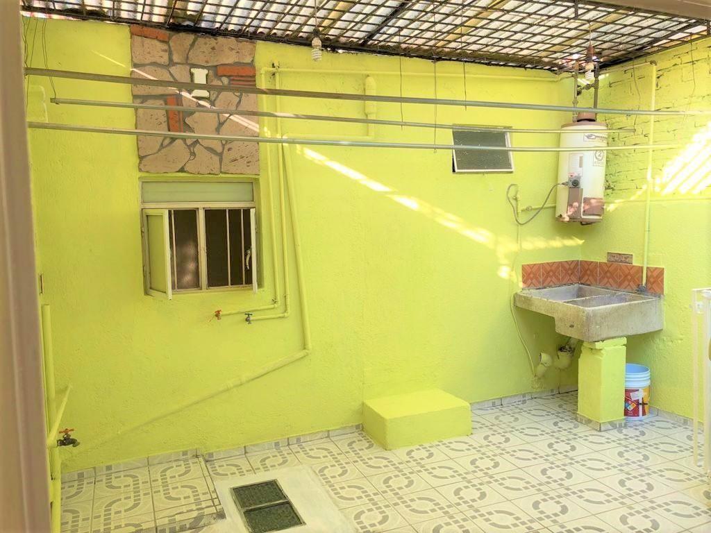 Casa en venta ubicada en zona comercial con 3 recamaras, cocina integral amplia de dos niveles, 2 baños completos, cochera para 2 autos, cuarto de servicio calentador automatico, con balcón.  WIG: p3kJKKx 4