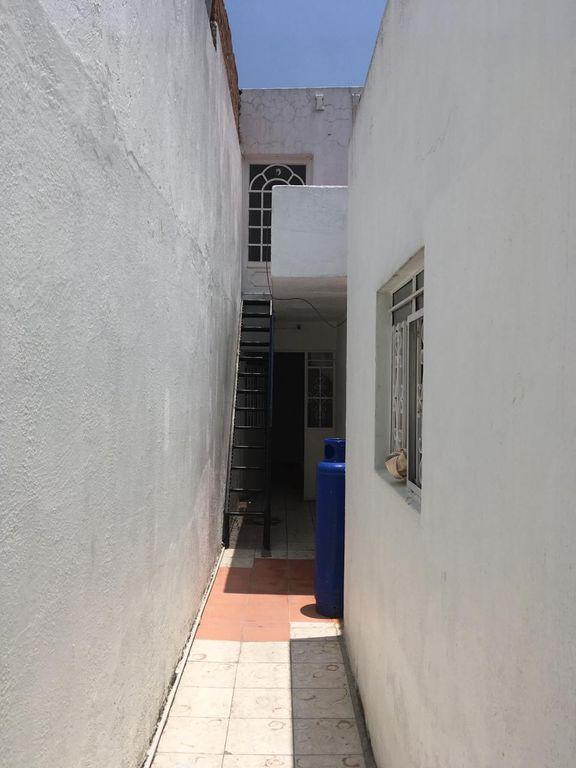 Bonita casa en Venta en San Martin, Guadalajara. La casa está construida en 2 niveles, cuenta con sala comedor cocina, 3 recamaras en planta baja, 1 recamara en planta alta, 2 baños completos, área de lavado en 2da planta, lavadero, tinaco, cochera para 1 auto. La casa mide 4.5 x 24, son 104 m2 de terreno y 126 m2 de construcción aprox. En excelente ubicación, cerca de Av. Circunvalación Oblatos, Talpita, Templo Nuestra Señora de la Asunción, Gran Terraza Oblatos, Registro Civil #12, Hospital IMSS, Clínica 110, Escuela Secundaria 12, Parroquia de Talpita, Panteón San Andrés.  WIG: pnnnigL 4