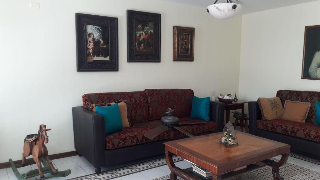 Casa estilo mexicano-contemporaneo, muy bien iluminada y ventilada, amplia cochera, cuarto-estudio y baño completo en planta baja. Cocina, antecomedor y comedor muy amplios. Recamara principal con Jacuzzi en segundo piso. Patio trasero con fuente.  WIG: p5oe3Na 3