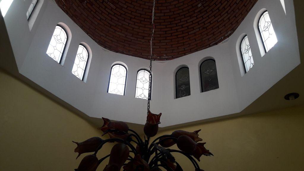 Casa estilo mexicano-contemporaneo, muy bien iluminada y ventilada, amplia cochera, cuarto-estudio y baño completo en planta baja. Cocina, antecomedor y comedor muy amplios. Recamara principal con Jacuzzi en segundo piso. Patio trasero con fuente.  WIG: p5oe3Na 4