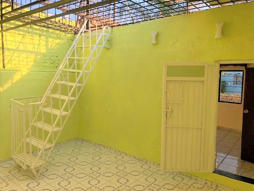Casa en venta ubicada en zona comercial con 3 recamaras, cocina integral amplia de dos niveles, 2 baños completos, cochera para 2 autos, cuarto de servicio calentador automatico, con balcón.  WIG: p3kJKKx 7