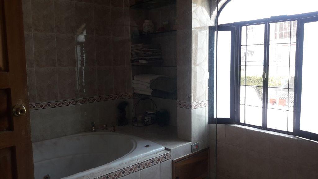 Casa estilo mexicano-contemporaneo, muy bien iluminada y ventilada, amplia cochera, cuarto-estudio y baño completo en planta baja. Cocina, antecomedor y comedor muy amplios. Recamara principal con Jacuzzi en segundo piso. Patio trasero con fuente.  WIG: p5oe3Na 5