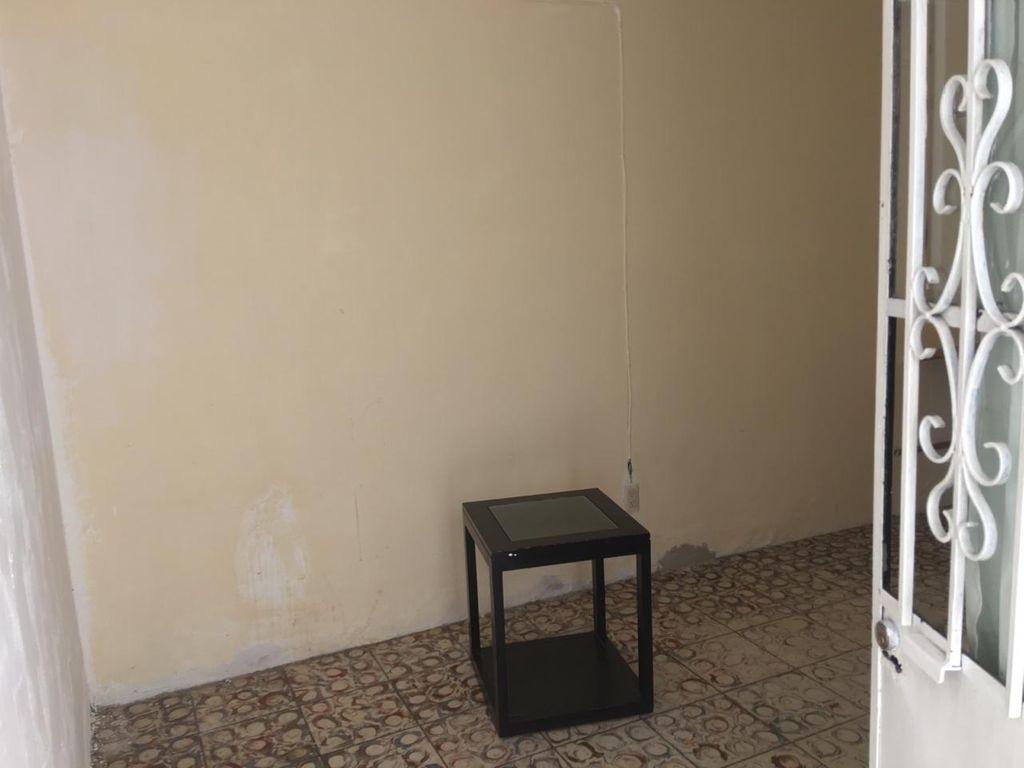 Bonita casa en Venta en San Martin, Guadalajara. La casa está construida en 2 niveles, cuenta con sala comedor cocina, 3 recamaras en planta baja, 1 recamara en planta alta, 2 baños completos, área de lavado en 2da planta, lavadero, tinaco, cochera para 1 auto. La casa mide 4.5 x 24, son 104 m2 de terreno y 126 m2 de construcción aprox. En excelente ubicación, cerca de Av. Circunvalación Oblatos, Talpita, Templo Nuestra Señora de la Asunción, Gran Terraza Oblatos, Registro Civil #12, Hospital IMSS, Clínica 110, Escuela Secundaria 12, Parroquia de Talpita, Panteón San Andrés.  WIG: pnnnigL 6