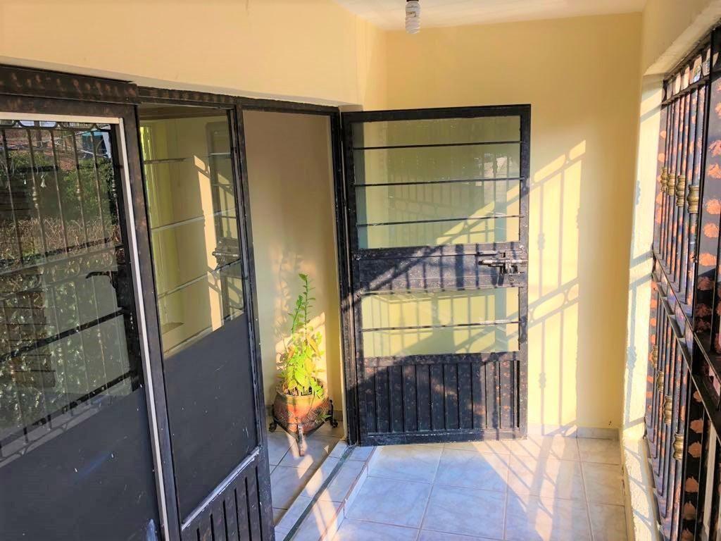Casa en venta ubicada en zona comercial con 3 recamaras, cocina integral amplia de dos niveles, 2 baños completos, cochera para 2 autos, cuarto de servicio calentador automatico, con balcón.  WIG: p3kJKKx 12
