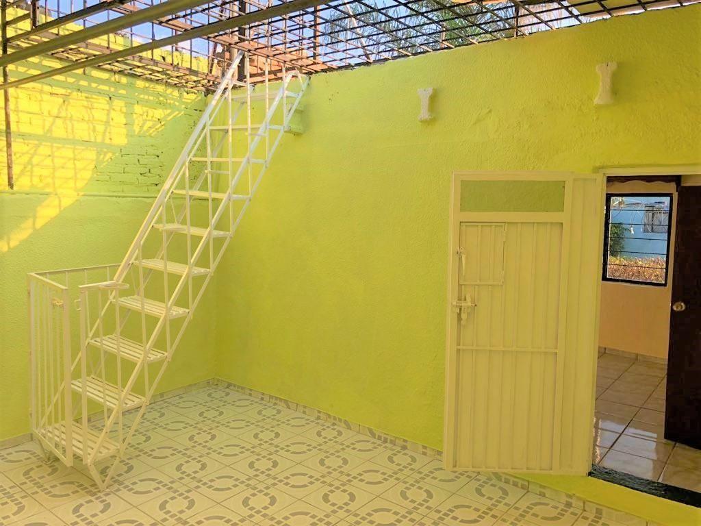 Casa en venta ubicada en zona comercial con 3 recamaras, cocina integral amplia de dos niveles, 2 baños completos, cochera para 2 autos, cuarto de servicio calentador automatico, con balcón.  WIG: p3kJKKx 13