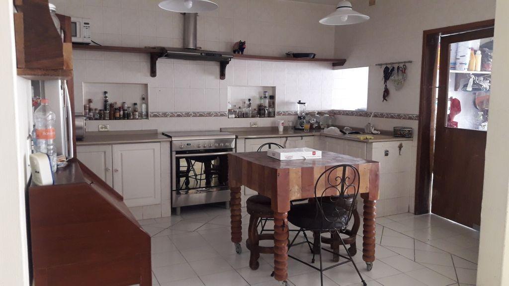 Casa estilo mexicano-contemporaneo, muy bien iluminada y ventilada, amplia cochera, cuarto-estudio y baño completo en planta baja. Cocina, antecomedor y comedor muy amplios. Recamara principal con Jacuzzi en segundo piso. Patio trasero con fuente.  WIG: p5oe3Na 8