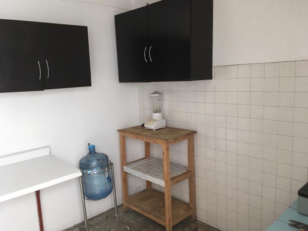 Bonita casa en Venta en San Martin, Guadalajara. La casa está construida en 2 niveles, cuenta con sala comedor cocina, 3 recamaras en planta baja, 1 recamara en planta alta, 2 baños completos, área de lavado en 2da planta, lavadero, tinaco, cochera para 1 auto. La casa mide 4.5 x 24, son 104 m2 de terreno y 126 m2 de construcción aprox. En excelente ubicación, cerca de Av. Circunvalación Oblatos, Talpita, Templo Nuestra Señora de la Asunción, Gran Terraza Oblatos, Registro Civil #12, Hospital IMSS, Clínica 110, Escuela Secundaria 12, Parroquia de Talpita, Panteón San Andrés.  WIG: pnnnigL 9