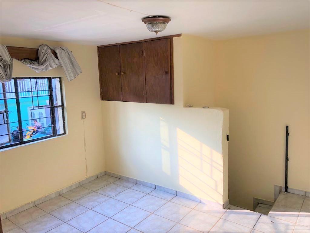 Casa en venta ubicada en zona comercial con 3 recamaras, cocina integral amplia de dos niveles, 2 baños completos, cochera para 2 autos, cuarto de servicio calentador automatico, con balcón.  WIG: p3kJKKx 15