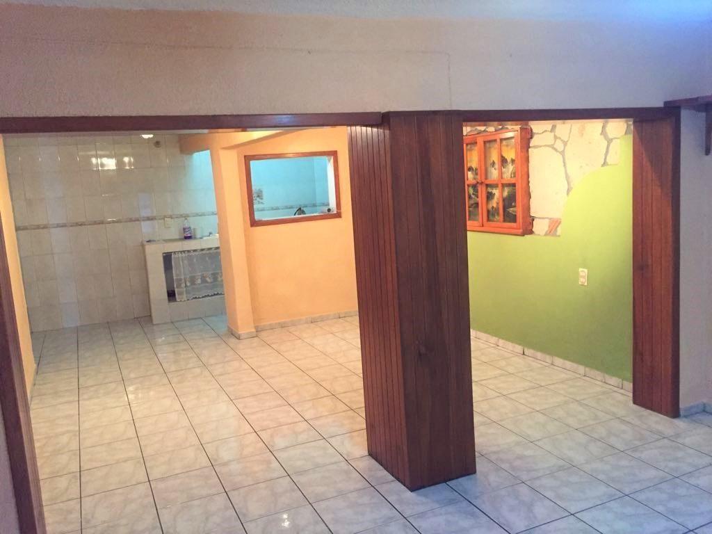 Casa en venta ubicada en zona comercial con 3 recamaras, cocina integral amplia de dos niveles, 2 baños completos, cochera para 2 autos, cuarto de servicio calentador automatico, con balcón.  WIG: p3kJKKx 16
