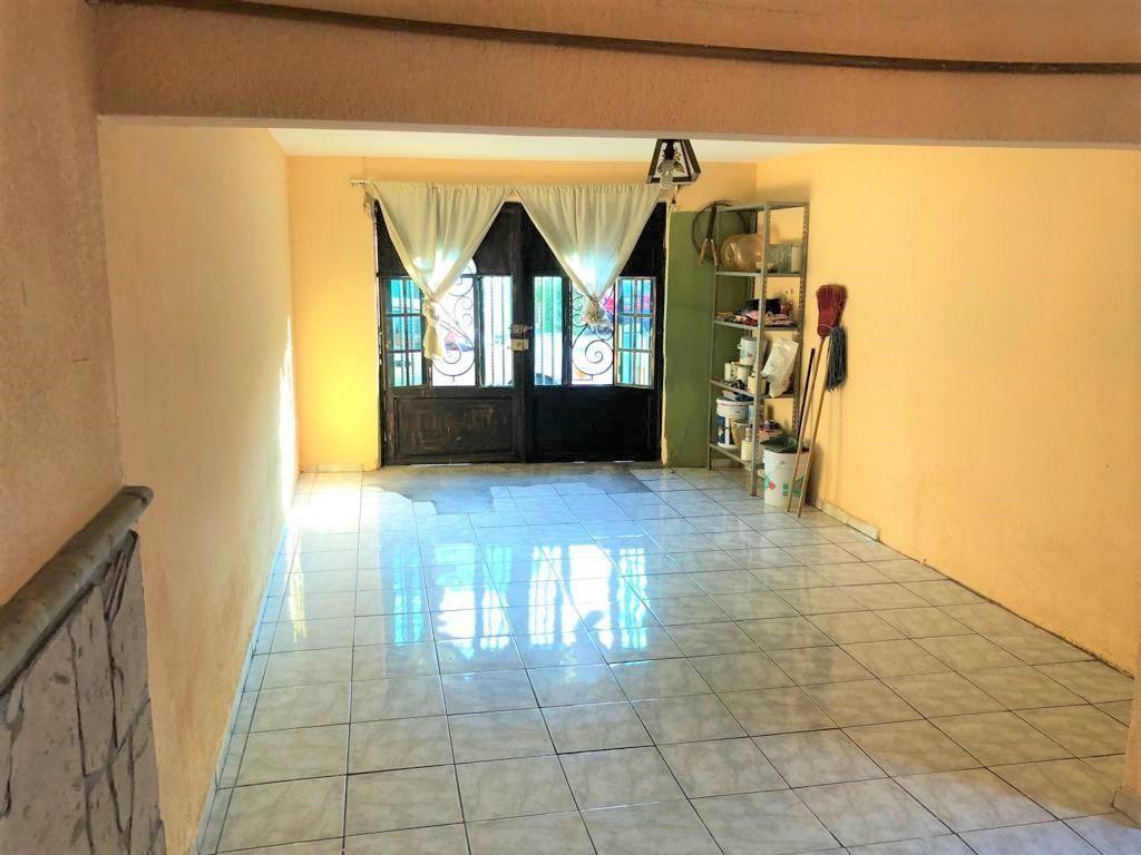 Casa en venta ubicada en zona comercial con 3 recamaras, cocina integral amplia de dos niveles, 2 baños completos, cochera para 2 autos, cuarto de servicio calentador automatico, con balcón.  WIG: p3kJKKx 25
